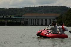 Schlauchboot ( Gummiboot ) auf dem Rhein ( Hochrhein - Fluss - River ) zwischen K.aiserstuhl und K.raftwerk R.ekingen im Kanton Aargau in der Schweiz und Deutschland (chrchr_75) Tags: chriguhurnibluemailch christoph hurni schweiz suisse switzerland svizzera suissa swiss chrchr chrchr75 chrigu chriguhurni 1408 august 2014 hurni140817 gummiboot gummiboote schlauchboot schlauchboote boot jolle dinghy boat jolla canot  sloep bote albumschlauchbootegummibooteunterwegsinderschweiz august2014 rhein rhin reno rijn rhenus rhine rin strom europa albumrhein fluss river joki rivire fiume  rivier rzeka rio flod ro