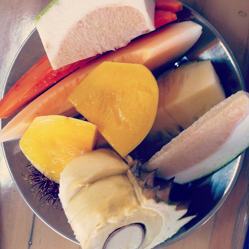 說好的「品嘗」泰國水果饕餮盛宴。榴蓮飄飄!山竹香香!其實是特沒吃相的「海吞」!還是女人們可以奮戰到最後!#泰國 #thailend #fruit #素帕湯水果園