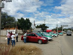 """En #TeotitlánDeFloresMagón se acudió a dialogar con transportistas concentrados en el crucero """"Chepuro"""" para atender a sus planteamientos (1)"""