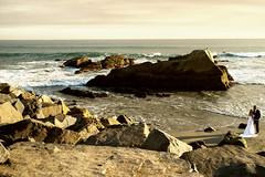 Power of Nature.  ( ES: Las fuerzas de la naturaleza ) (-Visavis-) Tags: wedding danapoint california seashore fujix100 finepixx100 usa rock brideandgroom ocean pacificocean 35mm océano boda