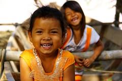 Tete d'orange (mariecdufour) Tags: voyage orange cambodge asie enfant sourire mekong filles barque rire