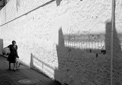 Mujer llevando la colada/Woman carrying the laundry (Joe Lomas) Tags: street leica urban blackandwhite bw españa byn blancoynegro calle spain candid bn reality streetphoto urbano oldpeople denia urbanphoto ancianos realidad callejero viejos mayores robado terceraedad realphoto personasmayores fotourbana gentemayor viejecitos fotoenlacalle fotoreal photostakenwithaleica leicaphoto