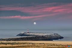 luna de sangre - blood moon (jesuscm) Tags: ocean sky moon lighthouse portugal clouds faro sand nikon luna arena cielo nubes oceano figueiradafoz jesuscm infinitexposure