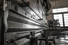 Piegando (JayBordin) Tags: grigio job officina vecchio lavoro ferro profili capannone tubolari thechallengefactory piegatrice