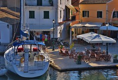 Parking briefly for a cup of coffee on the terrace (wilma HW61) Tags: jacht yacht griekenland paxi paxoi paxos gaios hoofdstad terras europa europe outdoor wilmahw61 wilmawesterhoud greece grecia grce griechenland ellda evrpi boot boats peloponnese licht light zonlicht vakantie holidays luxe luxury lusso yaios