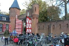 """Castle 'De Haar"""", Haarzuilens, The Netherlands (Davydutchy) Tags: haarzuilens dehaar huystehaer kasteel castle burg burcht schloss schlos zamek baron etiennevanzuylenvannijevelt etienne zuylen nijevelt barones baroness hlnederothschild hlne rothschild pierre cuypers gate poort tor pforte deur door tr porte fiets bicycle bike fahrrad october 2016"""
