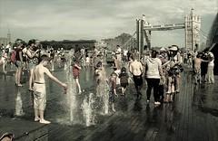 Un p di rinfresco (Ele.sal) Tags: londra tower brigde acqua nero persone bambini piedi caldo fontana grigio piednudi