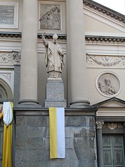IMG_4225 (sangiopanza2000) Tags: ivrea piemonte piedmont italia italy viaggio travel sangiopanza chiesa church statua statue faccaita bandiera flag colonne columns