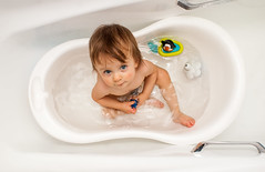 blanca y pura (GMH) Tags: blue portrait baby white blanco bathroom eyes agua retrato flash niña clean ojos tina bebe bathtub mirada infancia baño aseo guagua limpieza rebote ltytr2 ltytr1 ltytr3