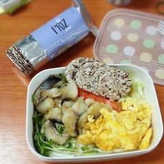 Breakfast Obento : ปบาดอลลี่ลวกจิ้มของ CP FRESH MART อุ่นไมโครเวป แล้วเอามาย่างกระทะต่อ กินกับ ไข่กวนไม่ใส่อะไร ไควาเระ กะหล่ำซอย แครอทซอย ราดน้ำจิ้มซีฟูดสุดแซ่บ กินกับ PRIZ แครกเกอร์ข้าวหอมนิล ฟินจ้า~ (*´∀`*)