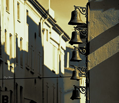 les cloches - the bells (serial n N6MAA10816) Tags: desaturation noir black rue street ancien old