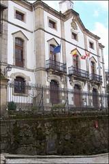 Ayuntamiento (Candelario, 26-3-2005) (Juanje Oro) Tags: candelario panoramio 099 2005 provinciadesalamanca ayuntamiento bandera castillayleon escudo reloj