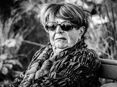 Portrait femme (totofffff) Tags: cannes croisette france french riviera street alpes maritimes mditerrane noir blanc black white festival film olympus om d e m1 expo droite