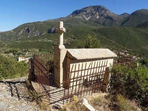 La tombe qui surplombe un paysage grandiose