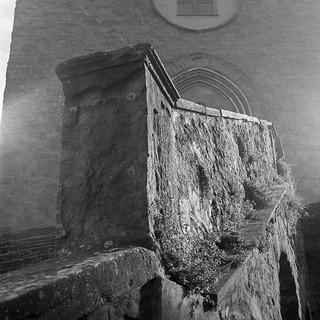 railing, stairway, entrance, front facade, Chiesa di San Francesco, Cortona, Tuscany, Italy, Rolleicord, Fomapan 200, Moersch Eco Film Developer, early November 2016