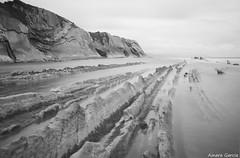 Itzurun (Ainara Garcia) Tags: sea beach mar rocks playa euskalherria rocas zumaia hondartza itsasoa arrokak flysch itzurun