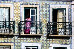 La facade de Lisbonne. (Bouhsina Photography) Tags: facade architecture revtement lisbonne portugal bouhsina rue street urbain urban couleur 2016 bouhsinaphotogrphy canon 5diii ef70200 fenetre porte gardeducorps