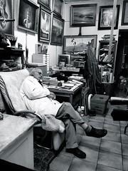 rue Lepic, 19h30 (ettigirbs2012) Tags: galerie atelier workshop tableaux paintings boutique shop artiste nb bw montmartre sommeil rver dreaming chatnoir blackcat paris