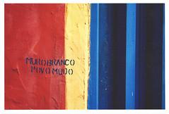 muro branco   povo mudo (gleicebueno) Tags: cor color manualidades bordados intervenoesmanuais handmade