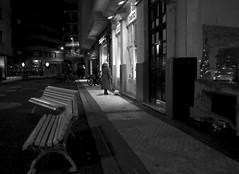 Eligiendo regalos (no sabemos cmo llamarnos) Tags: streetphotography street nuit noche photoderue fotourbana blancoynegro blackandwhite noiretblanc sansebastin donostia donosti woman oscuridad night tiendas