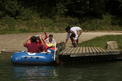 Schlauchboot Sevylor Caravelle K105 ( Gummiboot ) auf dem Rhein ( Hochrhein - Fluss - River ) zwischen K.aiserstuhl und K.raftwerk R.ekingen im Kanton Aargau in der Schweiz und Deutschland (chrchr_75) Tags: chriguhurnibluemailch christoph hurni schweiz suisse switzerland svizzera suissa swiss chrchr chrchr75 chrigu chriguhurni 1408 august 2014 hurni140817 gummiboot gummiboote schlauchboot schlauchboote boot jolle dinghy boat jolla canot  sloep bote albumschlauchbootegummibooteunterwegsinderschweiz sevylor caravelle k105 albumschlauchbootsevylorcaravellek105 august2014 rhein rhin reno rijn rhenus rhine rin strom europa albumrhein fluss river joki rivire fiume  rivier rzeka rio flod ro