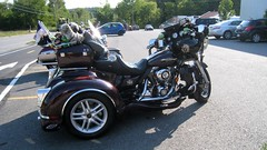 Les Harleys au Canada1 (johnslides//199) Tags: canada quebec harley harleydavidson dairy laiterie bikers motos peluche nounours glaces oursenpeluche crmeglace coatikook canonixus860is teddysbear