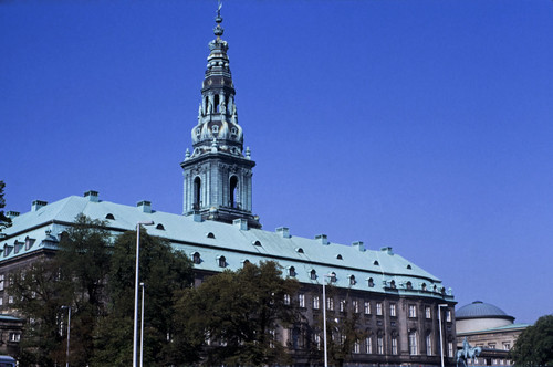"383DK Christiansborg Slot • <a style=""font-size:0.8em;"" href=""http://www.flickr.com/photos/69570948@N04/15319873081/"" target=""_blank"">View on Flickr</a>"