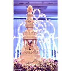 บรรณาการสำหรับรักแท้.  ค้นพบความสง่างามที่อยู่เหนือกาลเวลา facebook.com/chicplannerbangkok   #Craftsmanship #ChicPlanner #RoyalCake #FloralDesign #WeddingDesign #FreshFlowers