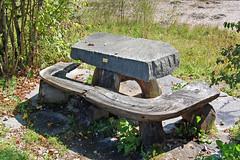 Auf dem Weg Richtung Schloss Elmau (4) - Neandertaler-Tisch und -Bank (Pixelteufel) Tags: krn klais schlosselmau bayern bavaria alpen urlaub ferien freizeit erholung ruhe tourismus bank ruhebank weg wanderweg wandern