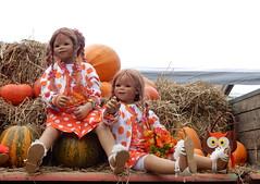 Anne-Moni und Tivi ... (Kindergartenkinder) Tags: dolls himstedt annette kindergartenkinder essen park gruga personen kind outdoor krbis herbst oktoberfest gemse pflanze tivi annemoni