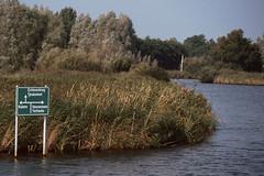Wegweiser am Ufer (astroaxel) Tags: niederlande friesland yacht gracht wegweiser