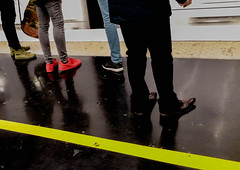 2016-11-16  La Maison Borniol (Hubert Flix Thifaine) (Robert - Photo du Jour) Tags: novembre 2016 aufildutemps lamaisonborniol hubertfelixthiefaine pompesfunbres quai dfense pompes chaussure