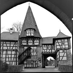 Rdelseeer Tor (jrgenkaiser) Tags: unterfrankenbayernbavaria iphofen hasselblad 6x6 analog black withe tor gate franken