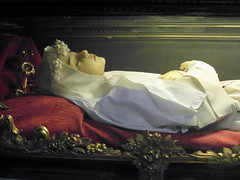 bologna saint (kexi) Tags: bologna bolonia italy europe sculpture religious saint white church samsung wb690 october 2015 woman lying instantfave