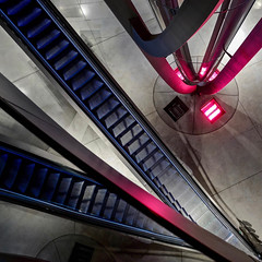 Lyon - Muse des Confluences. (Gilles Daligand) Tags: lyon rhone museedesconfluences hall entre escalator puitsgravit graphisme diagonale interieur q leica