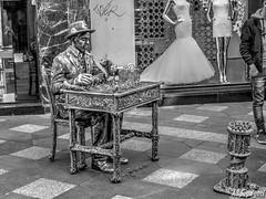 Jugador de Ajedrez - Chess player (ASpepeguti) Tags: madrid españa blackwhite spain olympus zd1454mm e620 aspepeguti photomatixpro50 viradosablancoynegro performanceenmadrid
