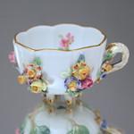 Meissen: Tasse mit plasischen Blüten, bunt staffiert, Knaufschwerter thumbnail