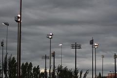 Devinez où… (Bo No Bo) Tags: park lighting city summer sky urban cloud tree night outdoors montréal ciel lamppost poteau été nuage soir extérieur arbre parc ville lampadaire urbain éclairage villeray mtlguessed parcjarry stadeuniprix d7100 gwim