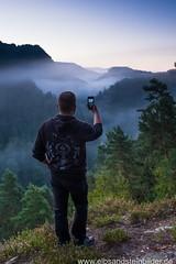 """Selfie"" um 5:55 Uhr (Rico Richter) Tags: handy schweiz nebel berge felsen schsische elbsandsteingebirge polenztal"