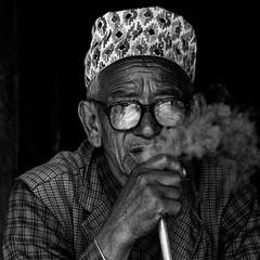 Npal -  Fumeur  Bhaktapur. (Gilles Daligand) Tags: nepal bhaktapur fumeur homme vieux grosplan noiretblanc bw monochrome fume bouche