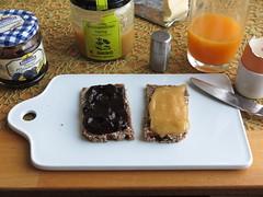 Pflaumenmus und Honig auf Oldenburger Vollkornbrot (multipel_bleiben) Tags: essen frhstck honig