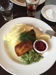 Lunch 1/11 (Atomeyes) Tags: mat fisk lax wallenbergare potatis pur lingon gurka vatten citron