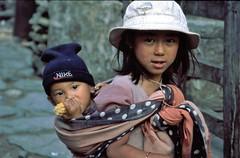 TREKKING ANNAPURANA.. (lupus alberto) Tags: nepal himalaya trekking bimbi ritratto