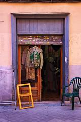 Sin título (Eduardo Valero Suardiaz) Tags: tienda shop chair rastro silla bullfighter torero madrid españa