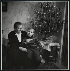 Archiv K045 Weihnacht bei Oma, 1965 (Hans-Michael Tappen) Tags: archivhansmichaeltappen weihnachten weihnacht weihnachtsbaum tannenbaum christbaum hlabend christbaumschmuck ambiente froheweihnacht outfit tischdecke baumstnder oma sessel wallpaper kleidung 1965 1960s 1960er