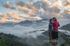 Y9916.1116.Hầu Thào.Sapa.Lào Cai (hoanglongphoto) Tags: asia asian vietnam northvietnam northwestvietnam dailylife people life girl girls hmongpeople hmonggirl two twogirls afternoon sunset sky cloud clouds outdoor mountain dale canon canoneos1dx tâybắc làocai sapa hầuthào conngười cuộcsống ngoàitrời buổichiều hoànghôn bầutrời mây núi thunglũng đờithường thiếunữ thiếunữhmông congáihmông hai haithiếunữ haicôgái