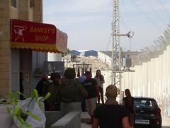Banksy's shop, in de gaten gehouden door militairen