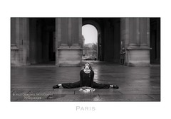 Paris n82 - Stretching (Nico Geerlings) Tags: louvre model stretching pose museedulouvre museum france paris parijs architecture monument ngimages nicogeerlings nicogeerlingsphotography leicammonochrom 50mm summilux