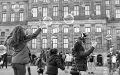 Put your hands in the air (Arne Kuilman) Tags: pentax k1000 50mm 50mmf14 analogue analoog ilford xp2 scan amsterdam nederland netherlands street straat v600 bubbles bellen dam damsquare