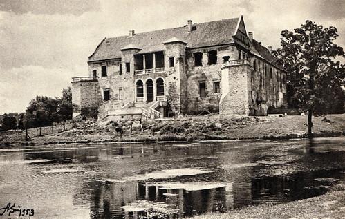Zamek Szydłowiecki otoczony fosą, 1953r. (fotopolska.eu)